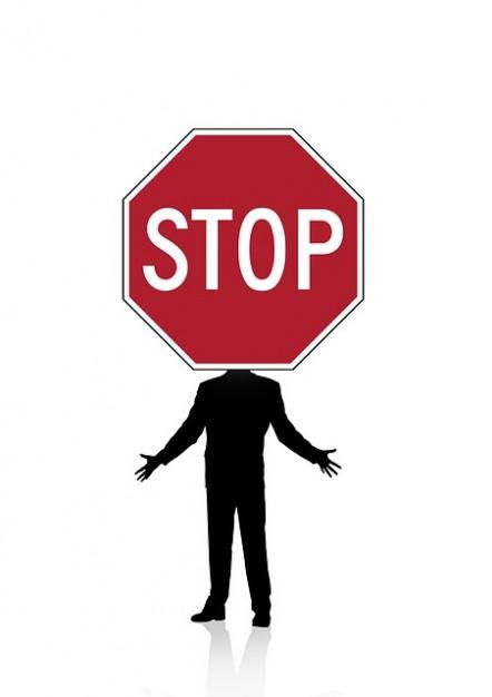 sagoma-stradale-contenente-uomo-segnale-di-stop_121-67333